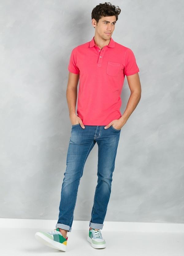 Polo liso manga corta con bolsillo en pecho, color coral, 95% Algodón 5% Elastán.