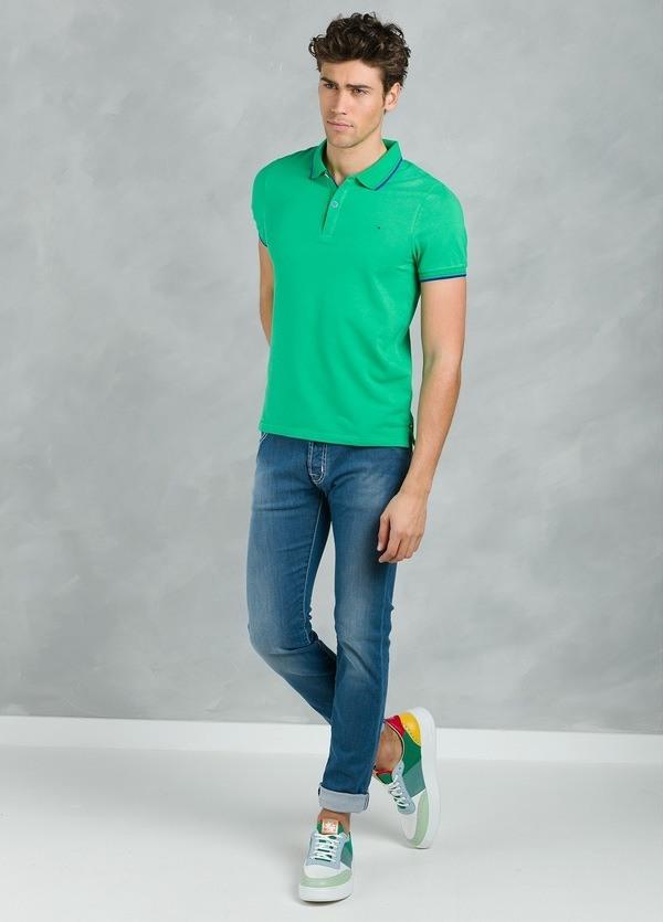 Polo manga corta modelo STRIPE color verde con vivos contrastados en azul.