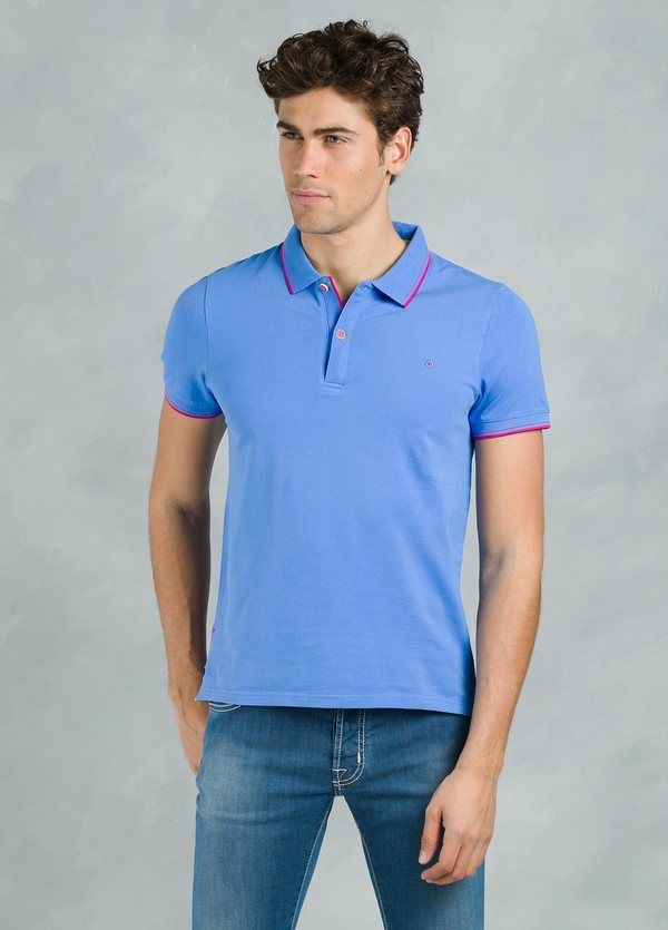 Polo manga corta modelo STRIPE color azul con vivos contrastados en rosa.