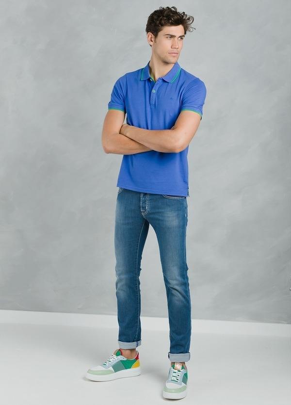 Polo manga corta modelo STRIPE color azulón con vivos contrastados en verde.