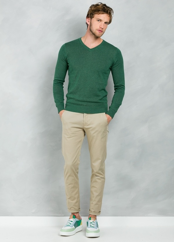 Jersey Casual Wear, SLIM FIT cuello pico color verde, 100% algodón.