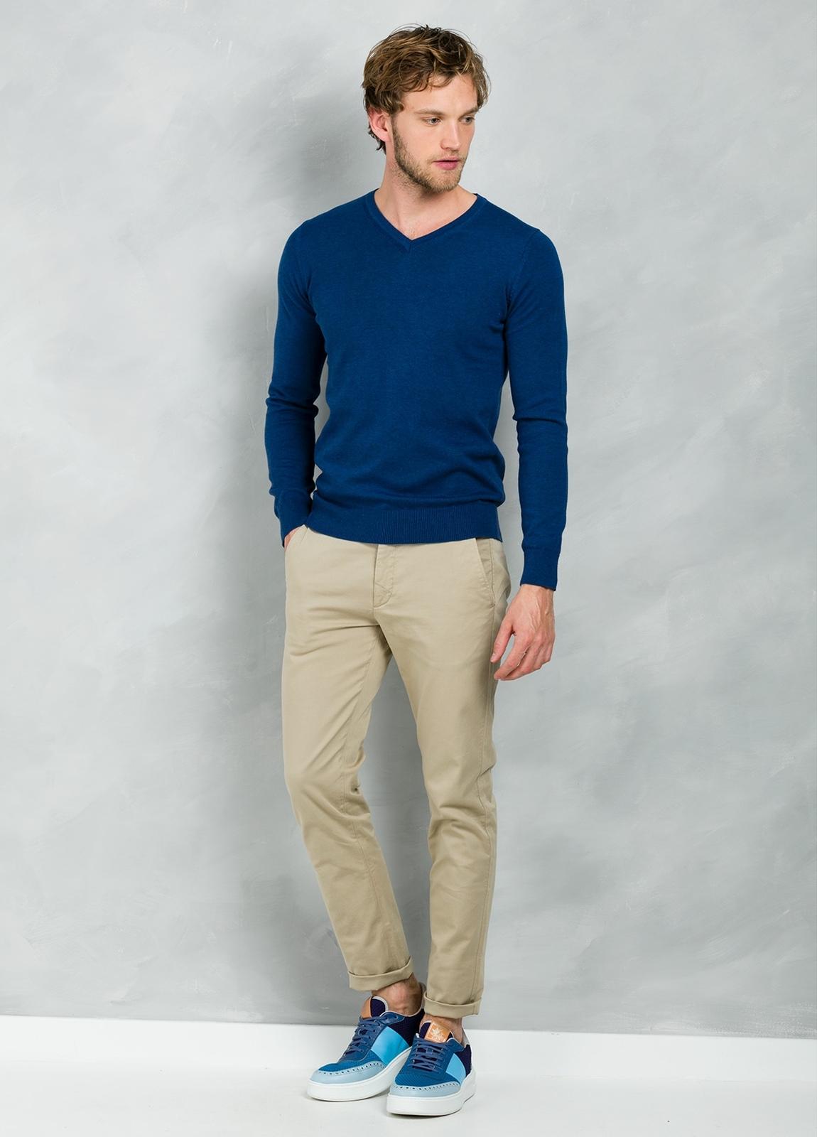 Jersey Casual Wear, SLIM FIT cuello pico color azul, 100% algodón.