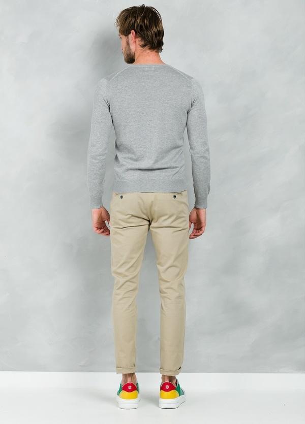 Jersey Casual Wear, SLIM FIT cuello pico color gris, 100% algodón. - Ítem1