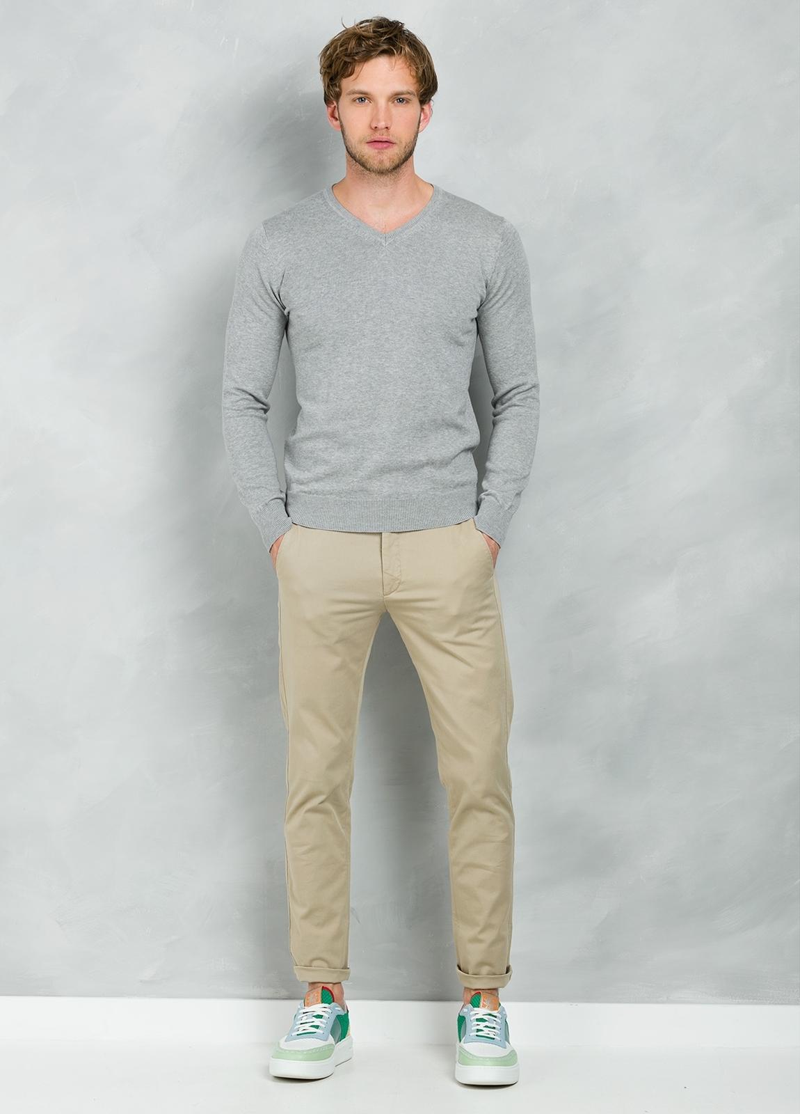 Jersey Casual Wear, SLIM FIT cuello pico color gris, 100% algodón.