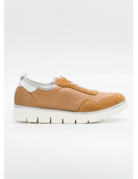 Calzado sport modelo POSUS CABAS color tostado, combinación de tejido técnico y serraje.