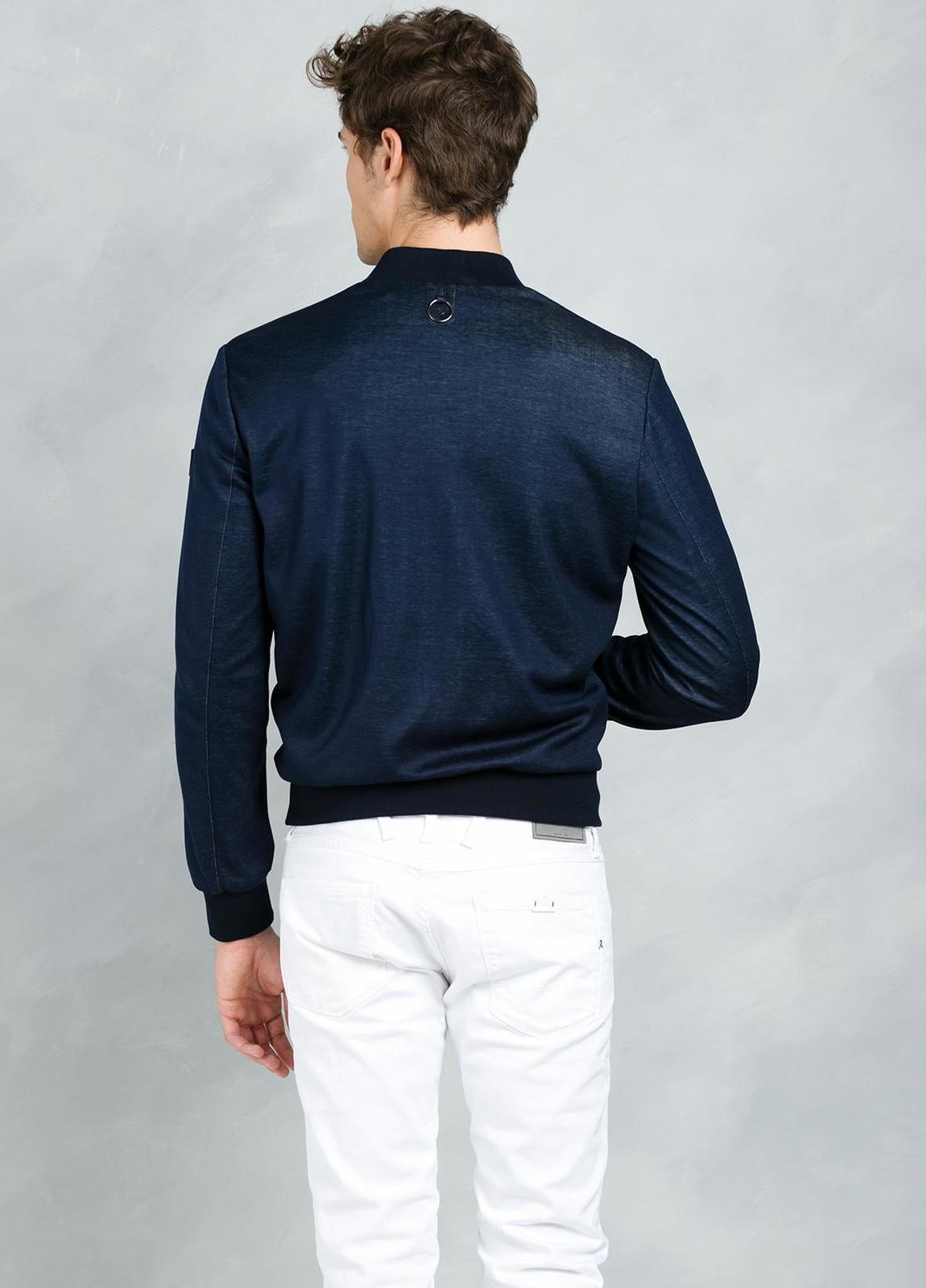 Cazadora corta con cremallera y elásticos en cuello, puños y cintura color azul. - Ítem3
