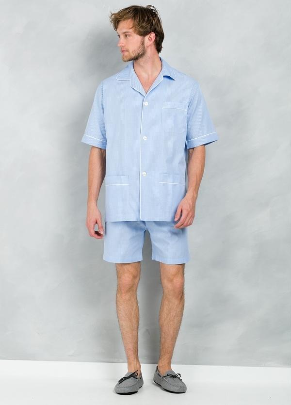 Pijama CORTO dos piezas, pantalón corto con cinta elástica y funda incluida color celeste con estampado de cuadros, 100% Algodón.