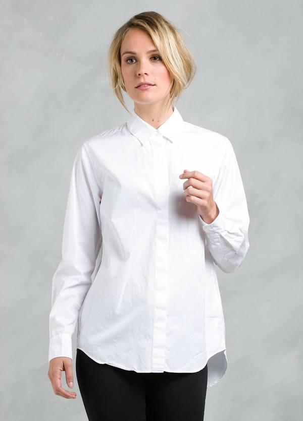 Camisa woman modelo RUTHIL con botones en espalda y tapeta frontal, color blanco.