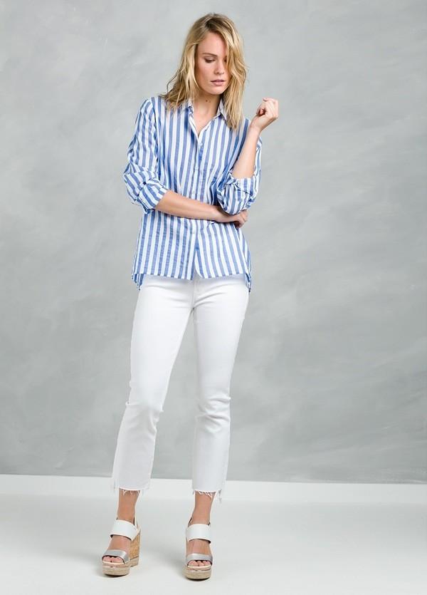 Camisa woman modelo ALEL con diseño de rayas color azul.