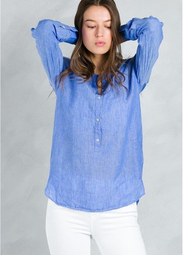 Blusa woman modelo CORAL con cuello mao, color azul.