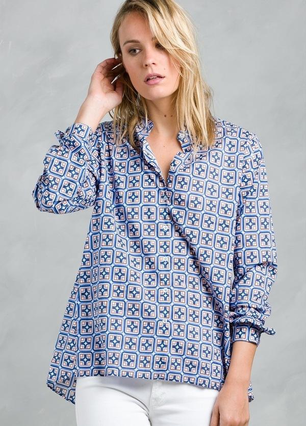 Blusa woman oversize modelo CONNIEL, con estampado geométrico color azul.