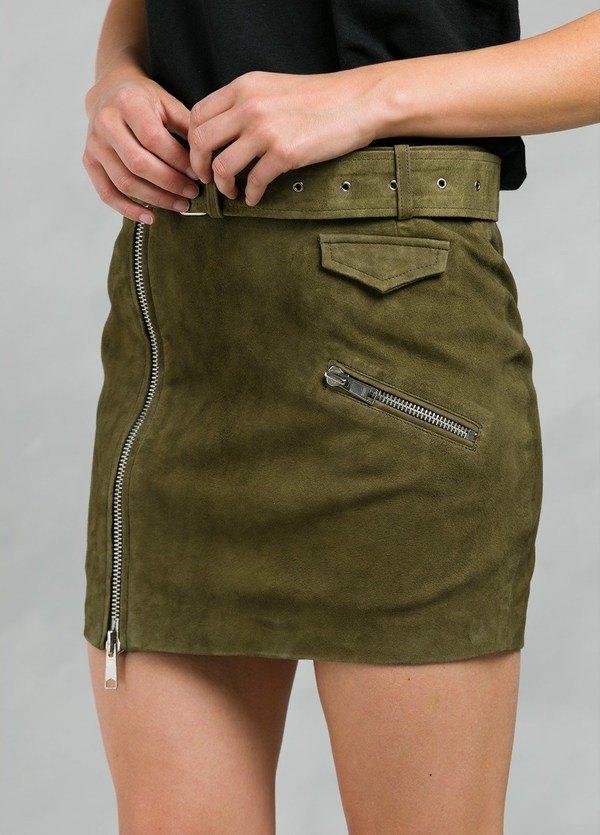 Falda corta de ante con cremalleras y cinturón, color verde.