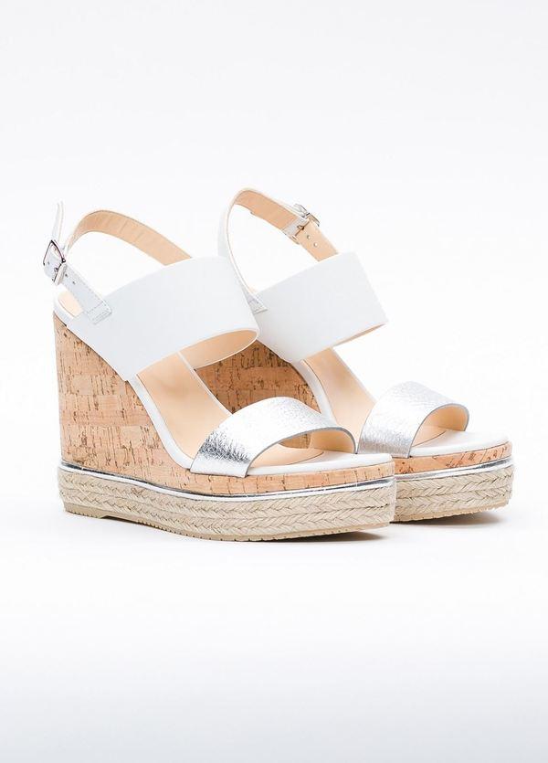 Sandalia en piel con pulsera al tobillo color blanco y plata, cuña y plataforma en corcho, detalle de cuerda trenzada y suela de goma. - Ítem1