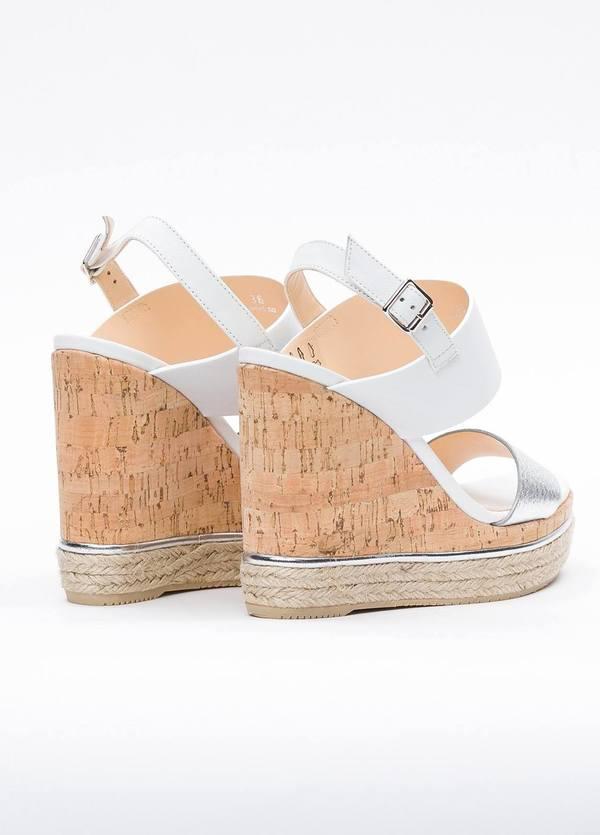 Sandalia en piel con pulsera al tobillo color blanco y plata, cuña y plataforma en corcho, detalle de cuerda trenzada y suela de goma. - Ítem2