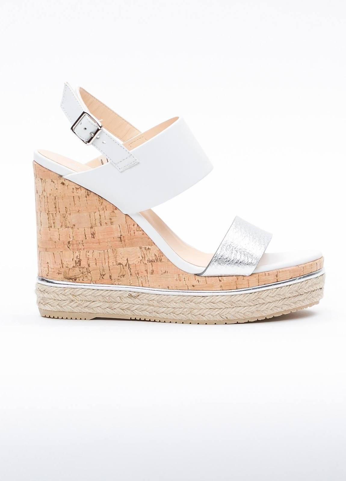 Sandalia en piel con pulsera al tobillo color blanco y plata, cuña y plataforma en corcho, detalle de cuerda trenzada y suela de goma.