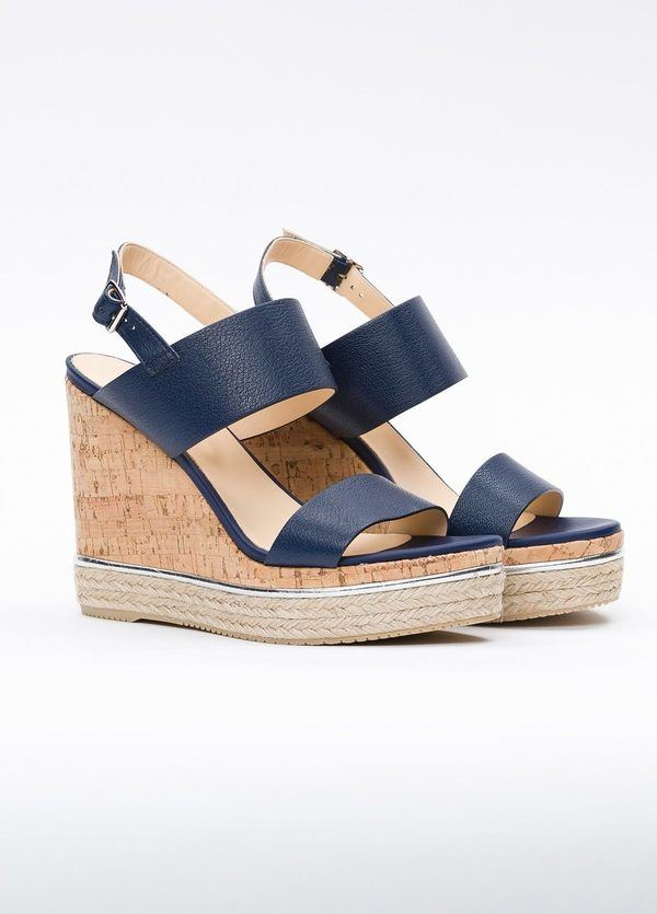 Sandalia en piel con pulsera al tobillo color azul, cuña y plataforma en corcho, detalle de cuerda trenzada y suela de goma. - Ítem1