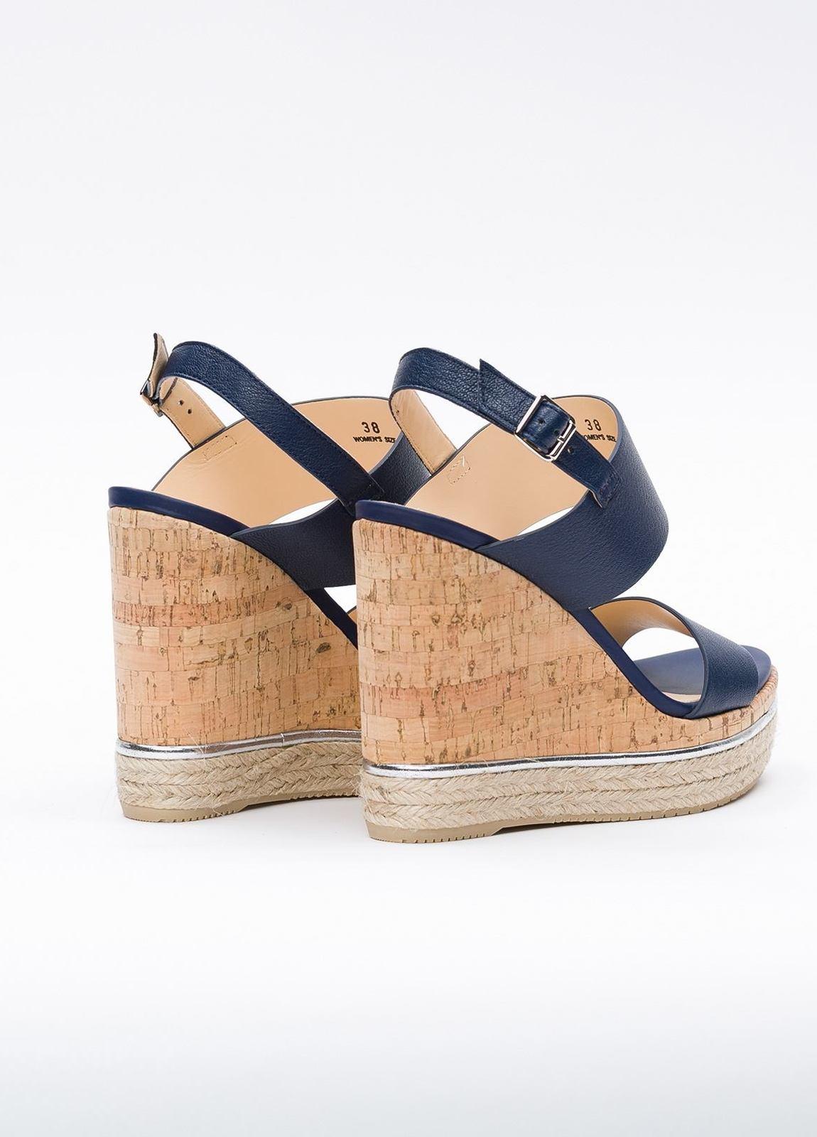 Sandalia en piel con pulsera al tobillo color azul, cuña y plataforma en corcho, detalle de cuerda trenzada y suela de goma. - Ítem2