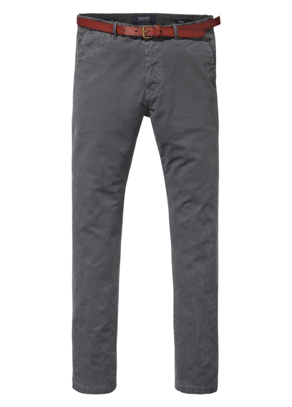Pantalón chino regular slim fit teñido en prenda color gris. 97% Algodón. 3% Elastano.