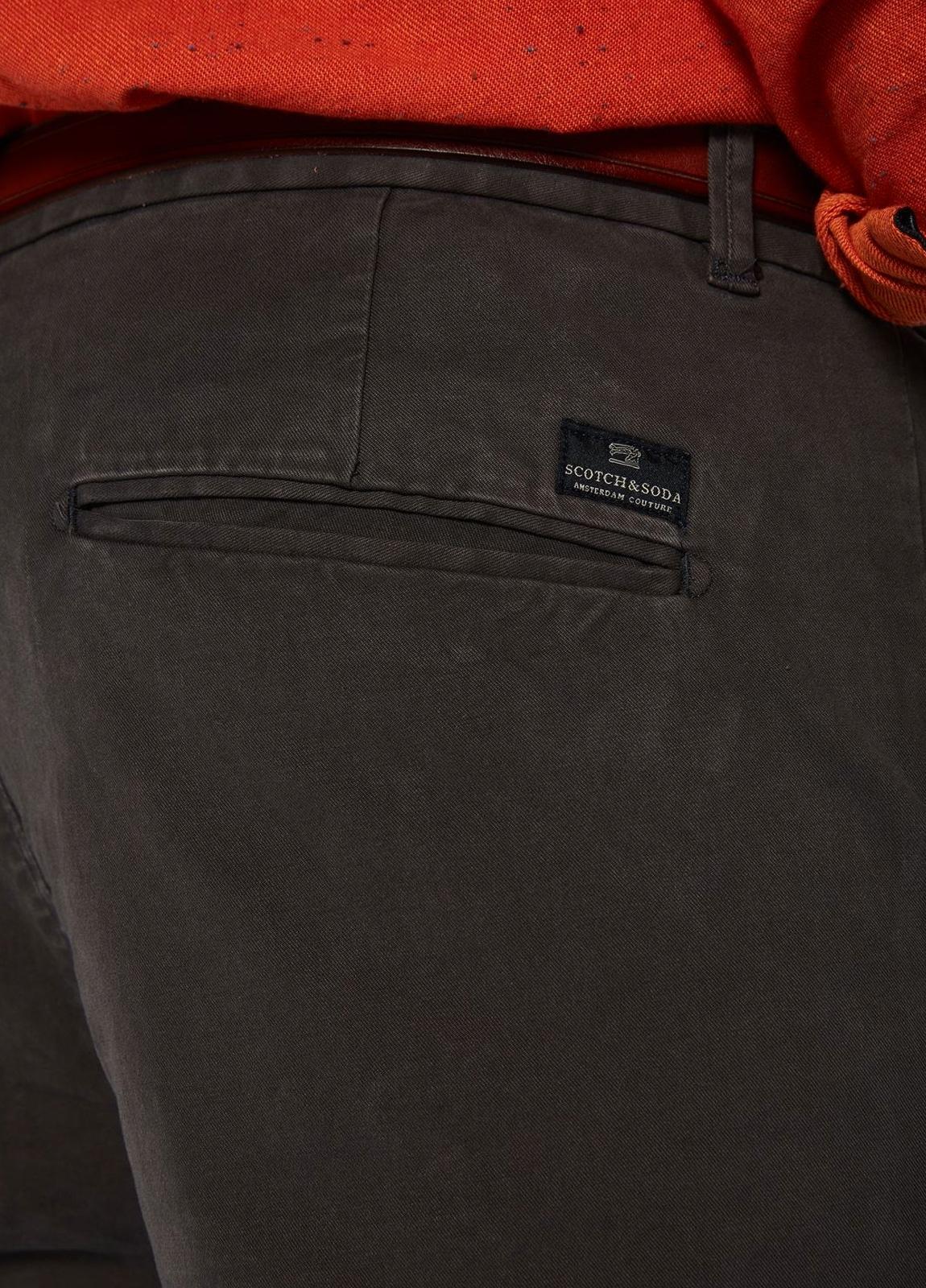 Pantalón chino regular slim fit teñido en prenda color gris. 97% Algodón. 3% Elastano. - Ítem1