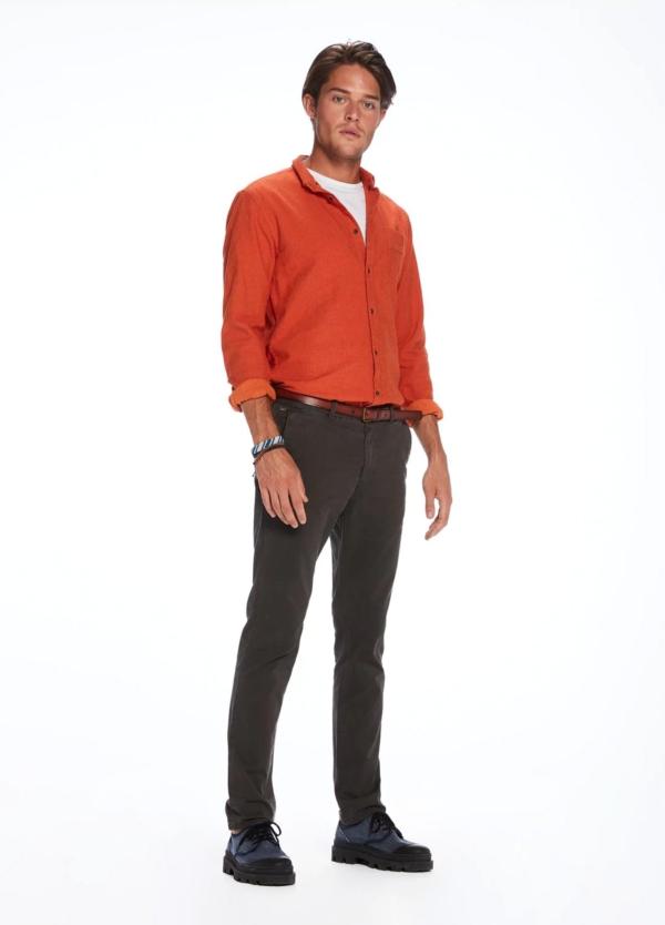 Pantalón chino regular slim fit teñido en prenda color gris. 97% Algodón. 3% Elastano. - Ítem2