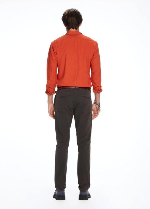 Pantalón chino regular slim fit teñido en prenda color gris. 97% Algodón. 3% Elastano. - Ítem3