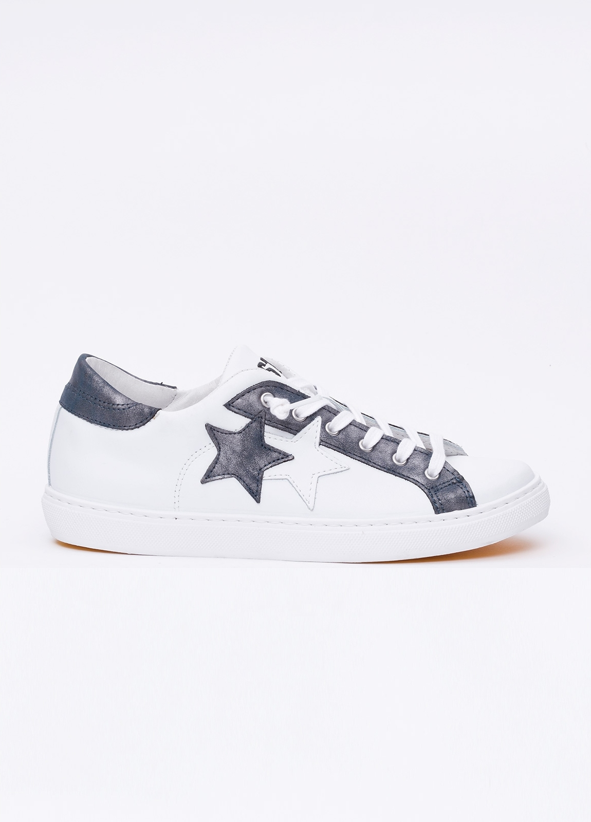 Calzado sport color blanco con detalles azul marino. 100% Piel.