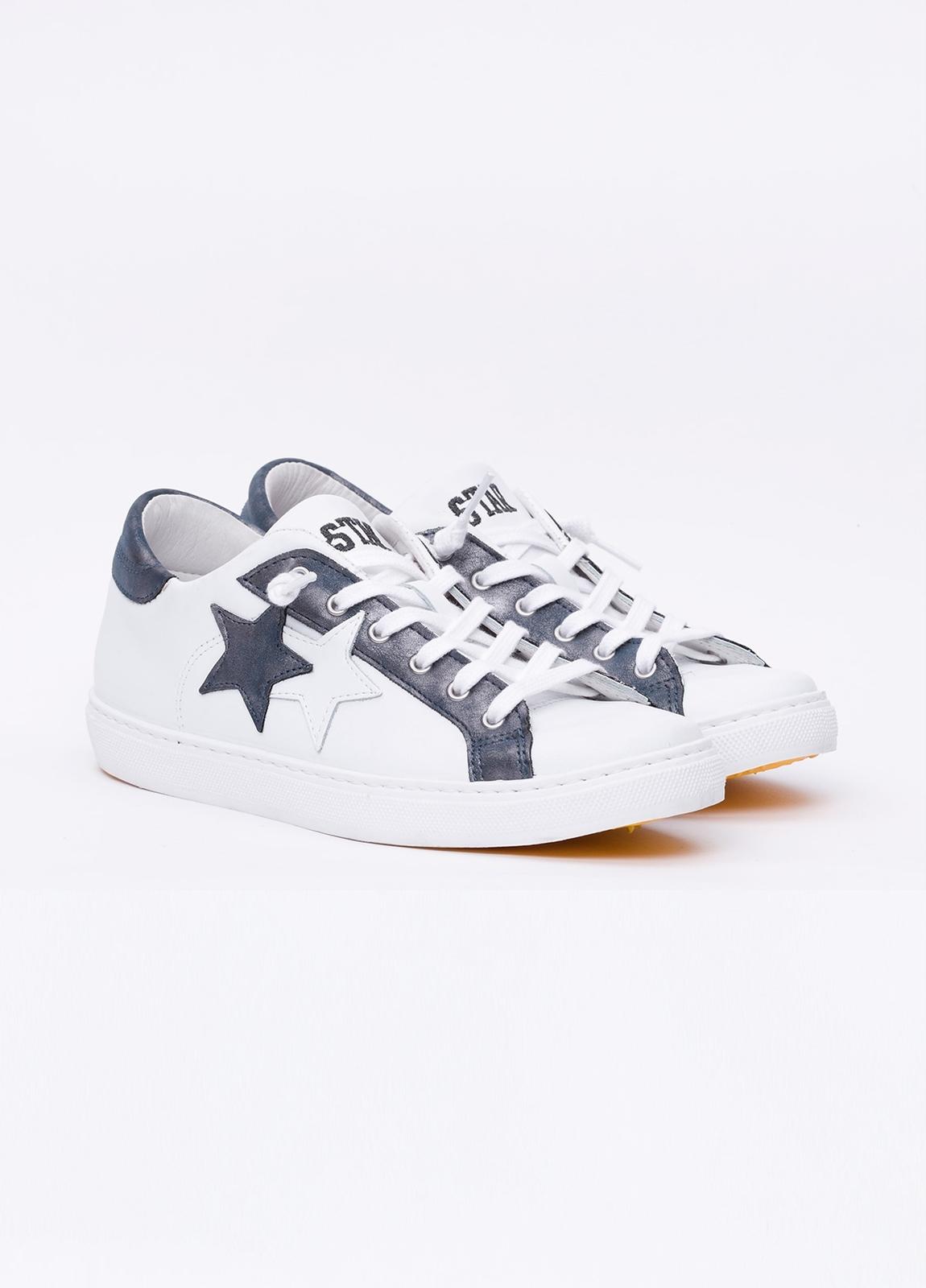 Calzado sport color blanco con detalles azul marino. 100% Piel. - Ítem3