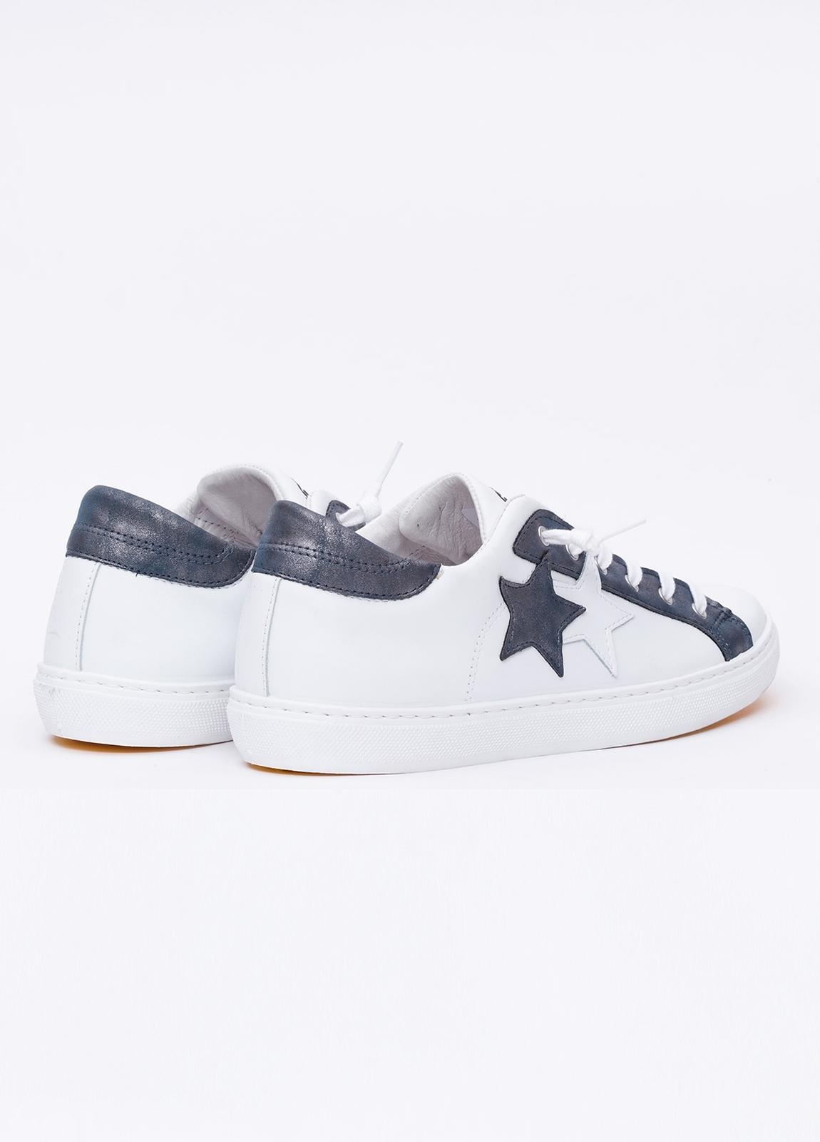 Calzado sport color blanco con detalles azul marino. 100% Piel. - Ítem2