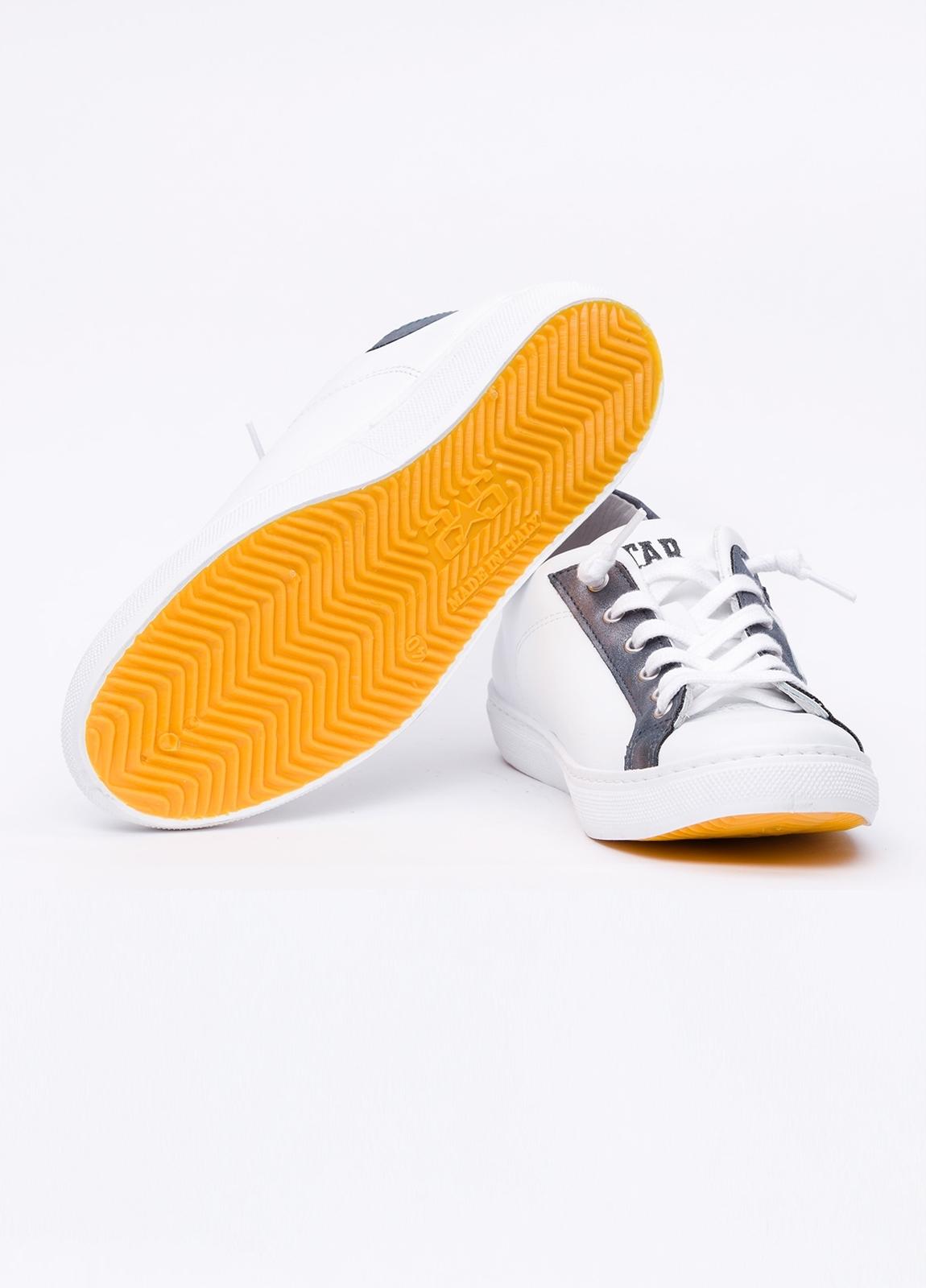 Calzado sport color blanco con detalles azul marino. 100% Piel. - Ítem1