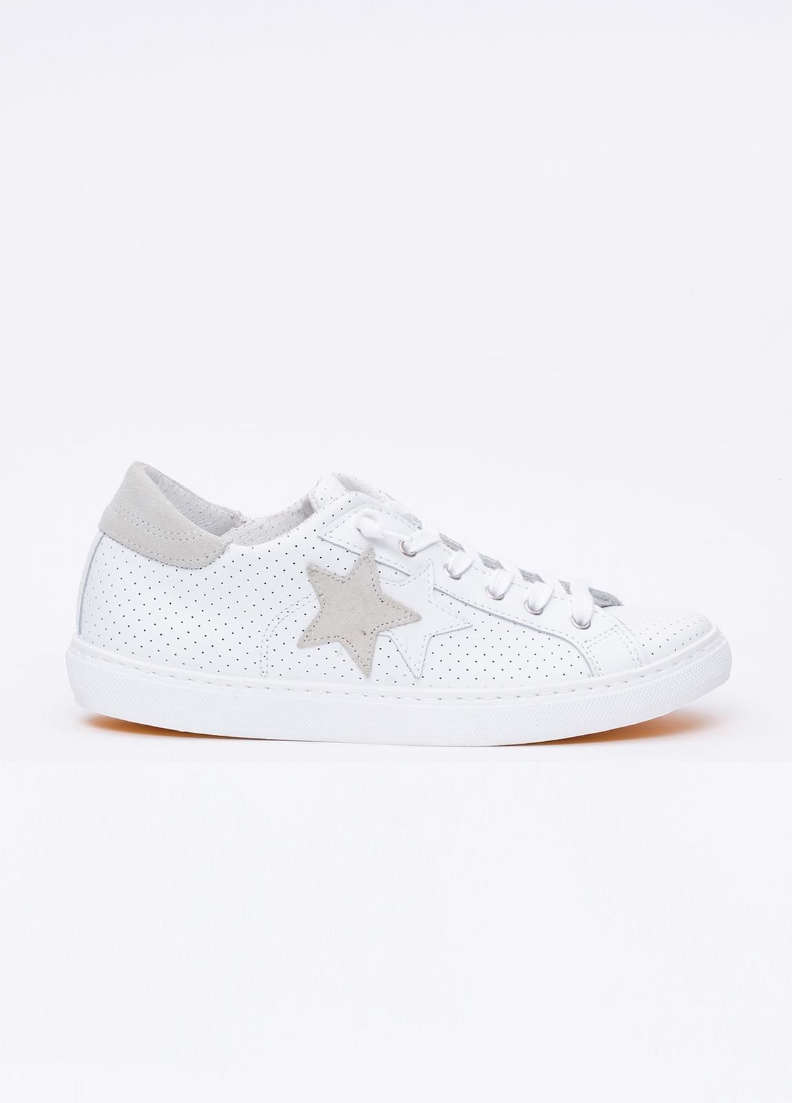 Calzado sport color blanco con detalles beige. 100% Piel.