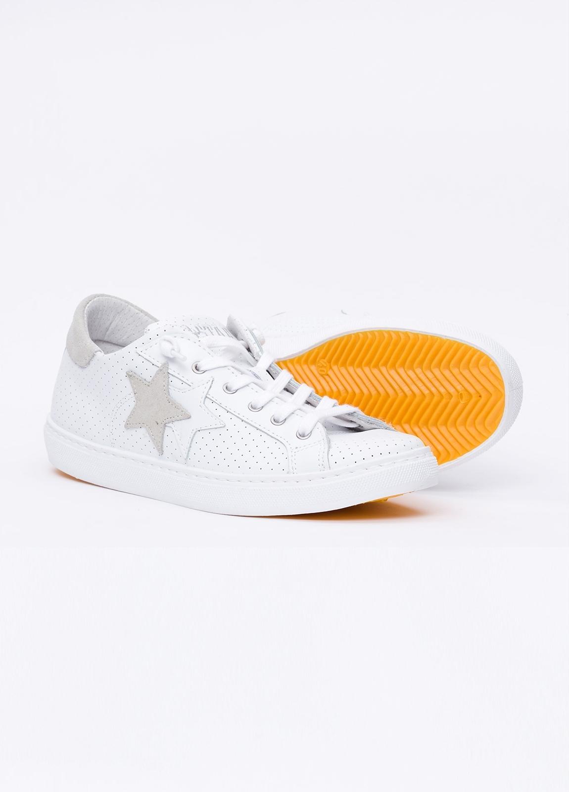 Calzado sport color blanco con detalles beige. 100% Piel. - Ítem3