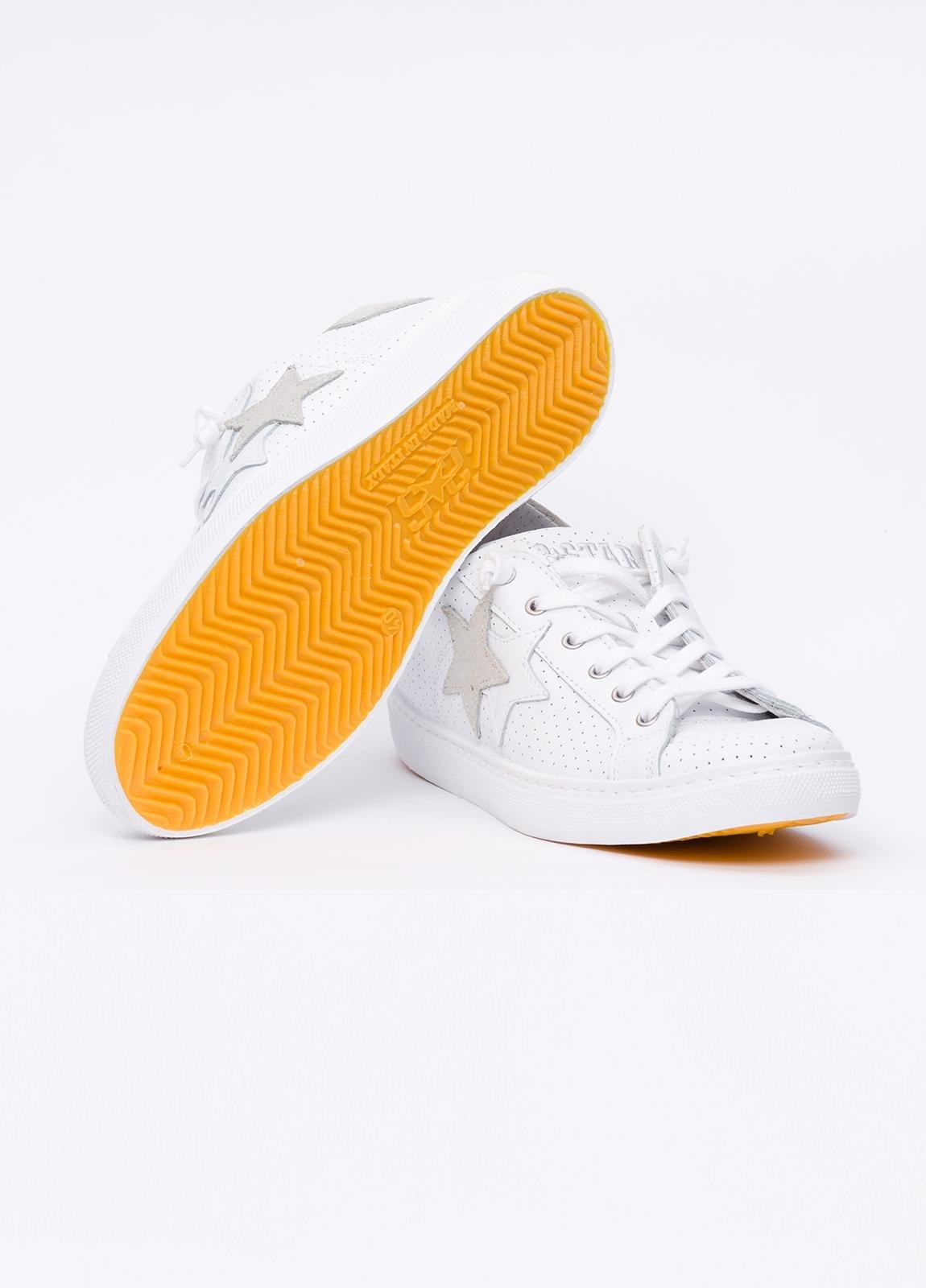 Calzado sport color blanco con detalles beige. 100% Piel. - Ítem1
