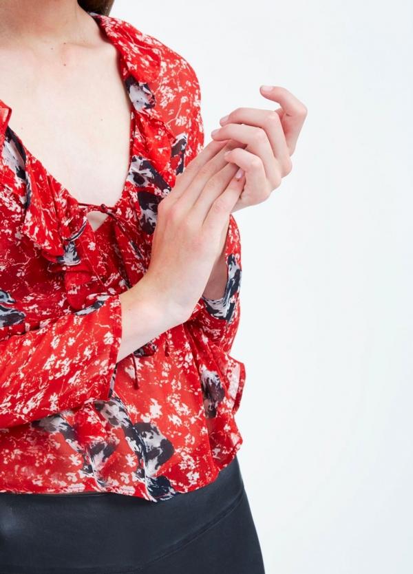 Blusa estampada de gasa color rojo con volantes. 100% Viscosa.