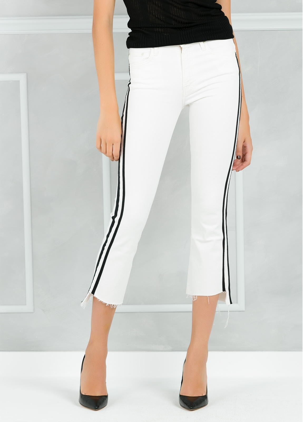 Pantalón tejano SIDE STRIPE JEANS color blanco y raya lateral negra.