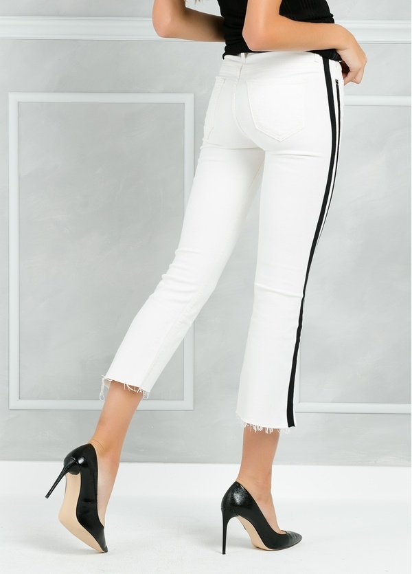 Pantalón tejano SIDE STRIPE JEANS color blanco y raya lateral negra. - Ítem1