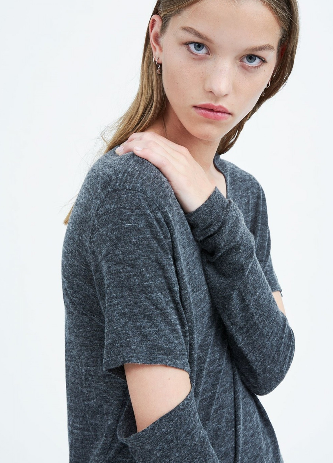 Camiseta woman manga larga color gris con abertura en codos. 63% Viscosa 28% Lana 9% Poliamida.