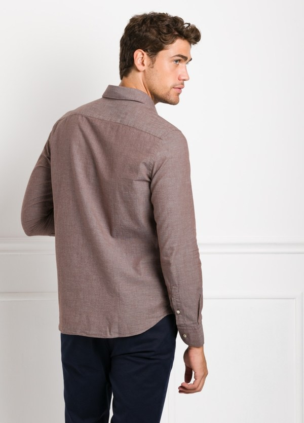 Camisa Leisure Wear REGULAR FIT modelo PORTO, tejido fil a fil color marrón. 100% Algodón. - Ítem3