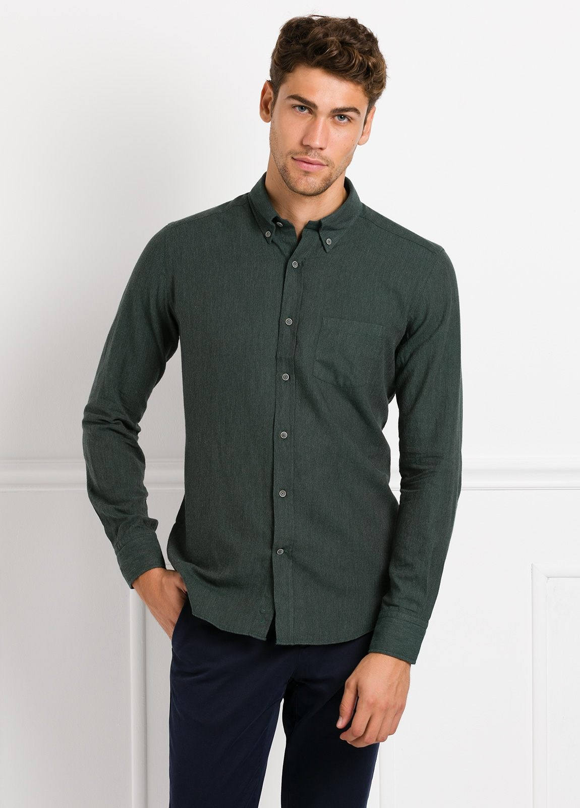 Camisa Leisure Wear REGULAR FIT BOTÓN DOWN, lisa color verde botella. 100% Algodón. - Ítem2