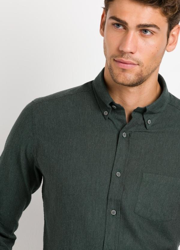 Camisa Leisure Wear REGULAR FIT BOTÓN DOWN, lisa color verde botella. 100% Algodón.