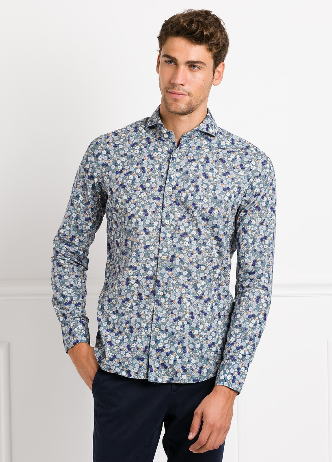Camisa Leisure Wear SLIM FIT Modelo CAPRI tejido estampado flores color azul, 100% Algodón.