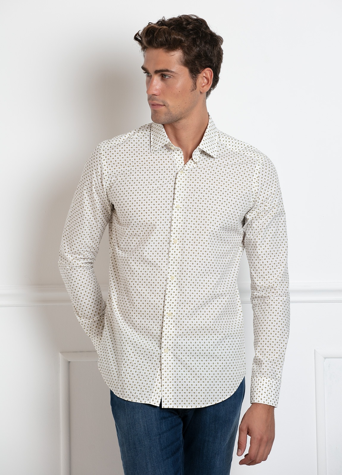 Camisa Leisure Wear SLIM FIT modelo PORTO, color blanco, dibujo cashemere color verde kaki . 100% Algodón.