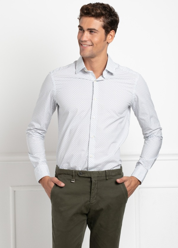 Camisa Leisure Wear SLIM FIT modelo PORTO, color blanco, dibujo geométrico azul . 100% Algodón.