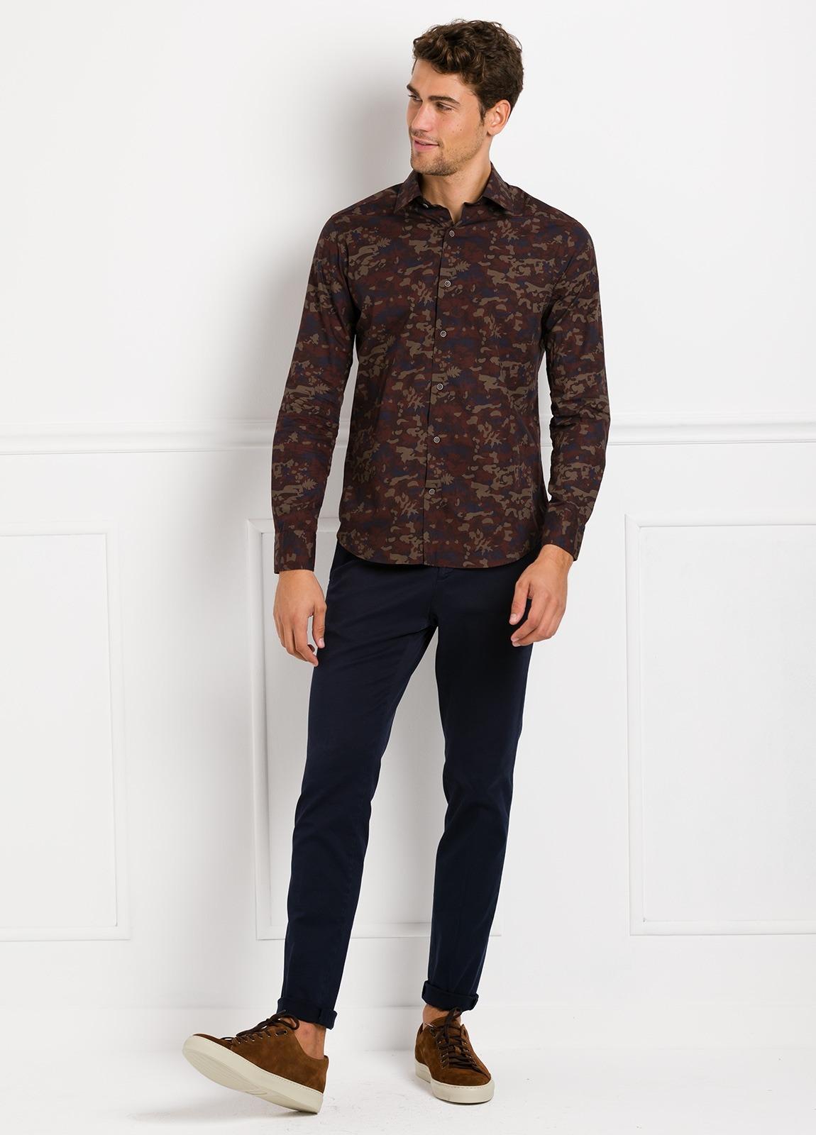 Camisa Leisure Wear SLIM FIT modelo PORTO estampado camuflaje color marrón. 100% Algodón.