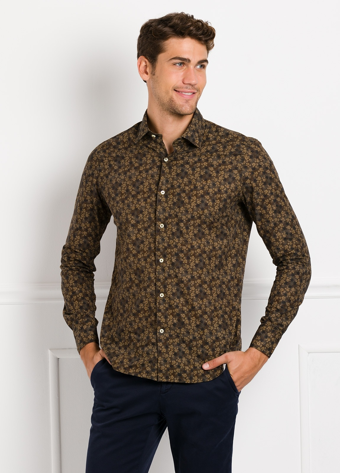 Camisa Leisure Wear SLIM FIT modelo PORTO estampado flores color marrón. 100% Algodón.
