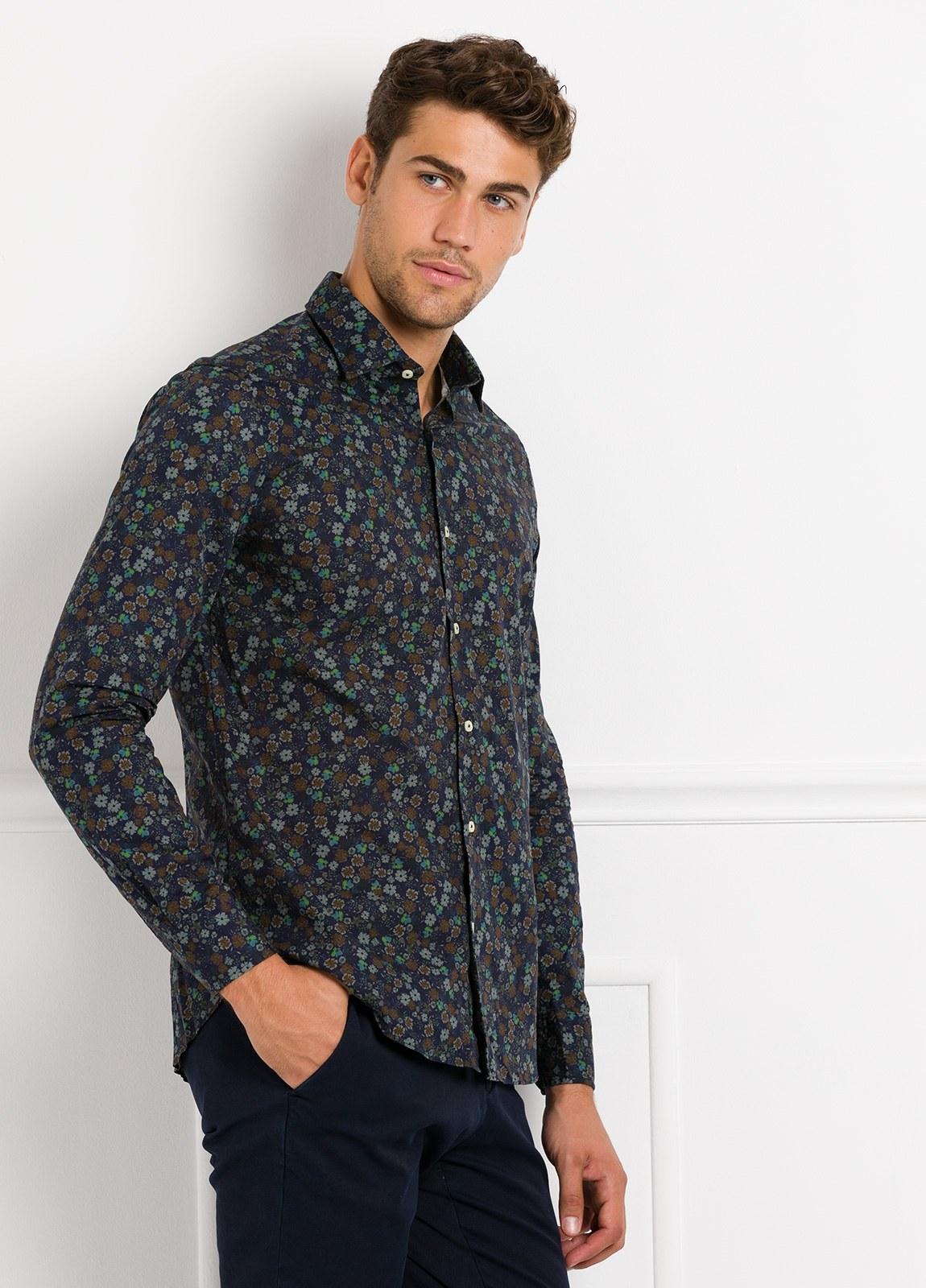 Camisa Leisure Wear SLIM FIT modelo PORTO estampado flores color azul. 100% Algodón.