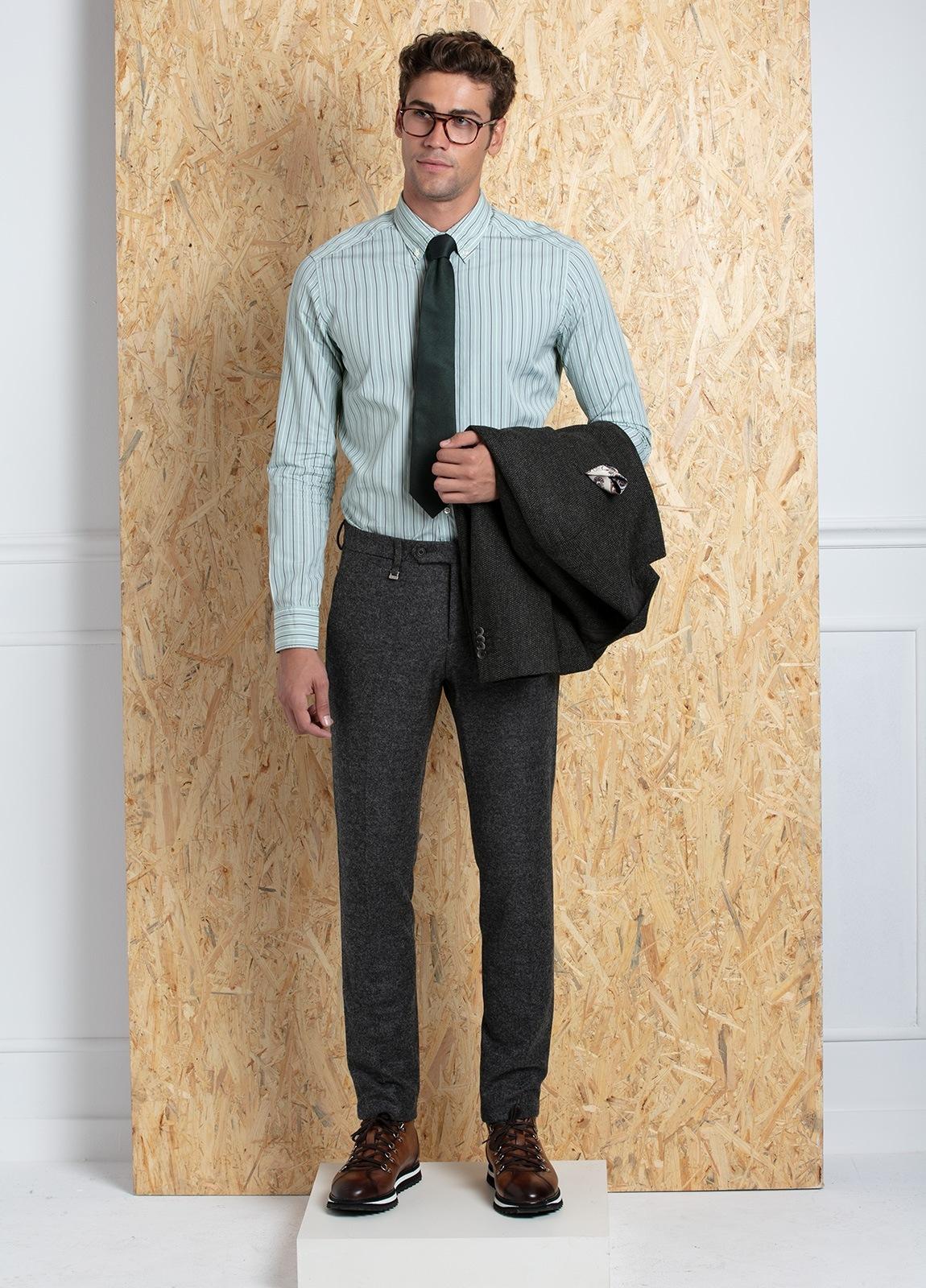 Camisa Leisure Wear SLIM FIT Modelo BOTTON DOWN color verde, estampado rayas gris. 100% Algodón.
