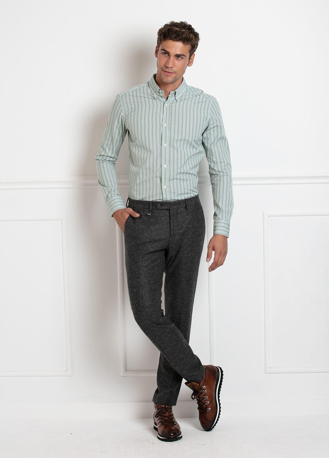 Camisa Leisure Wear SLIM FIT Modelo BOTTON DOWN color verde, estampado rayas gris. 100% Algodón. - Ítem2