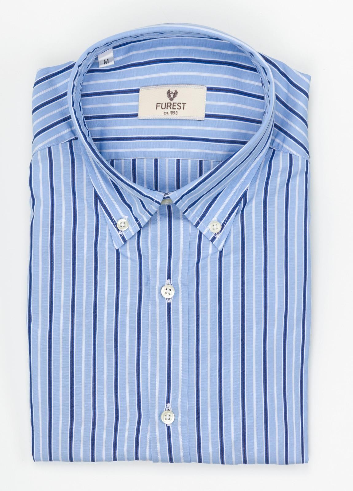 Camisa Leisure Wear SLIM FIT Modelo BOTTON DOWN color azul celeste, estampado rayas azul. 100% Algodón.