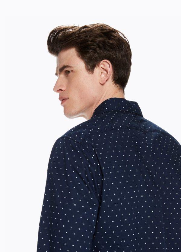 Camisa SLIM FIT, cuello botones. Estampado fases lunares, color azul marino . 100% Algodón.