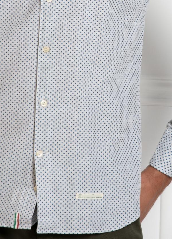 Camisa sport SLIM FIT, con dibujo geométrico color azul celeste. 100% Algodón. - Ítem2